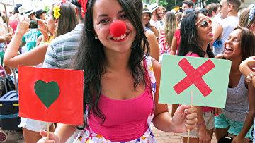 Девушка с символами, которые используются в приложении для знакомств Tinder, на посвященной Tinder вечеринке Match Comigo в Рио-де-Жанейро, Бразилия