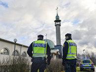 Полиция у мечети в Швеции