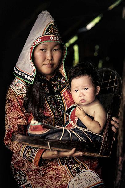 Женщина с ребенком из удэгейцев