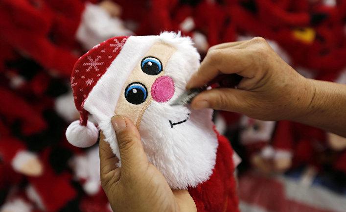 Изготовление новогодних игрушек в китайском городе Ляньюньгане
