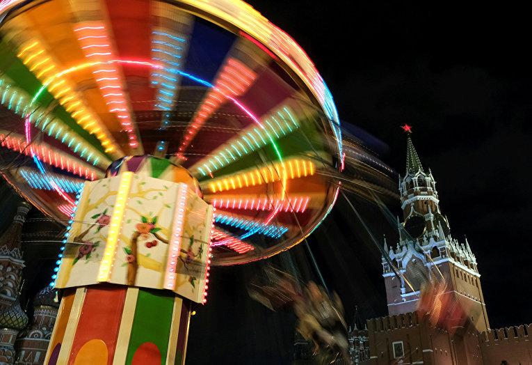 Карусели на новогодней ГУМ-ярмарке на Красной площади в Москве