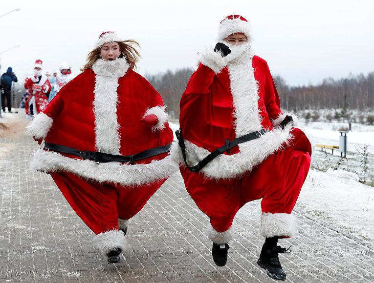 Участники забега Деда Морозов в Минске