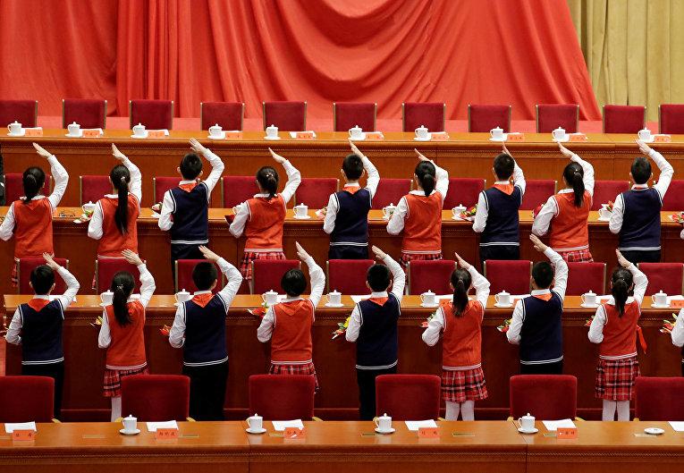 Школьники на мероприятии, посвященному 40-летию годовщине реформ в Пекине