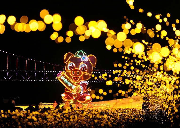 Гигантский фонарь в виде свиньи на площади Синхай в Даляне, Китай