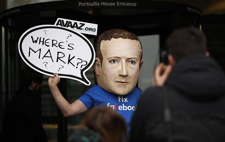 Активист, одетый в маску генерального директора Facebook Марка Цукерберга