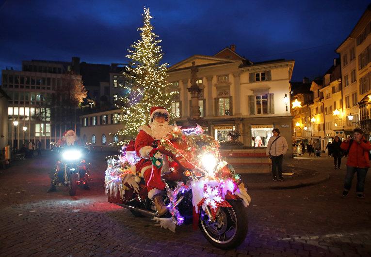 Одетые в Санта-Клаусов байкеры