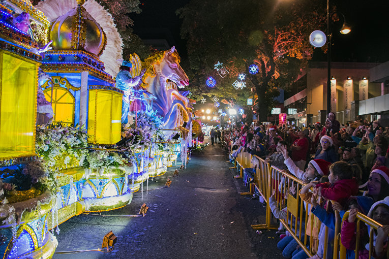 Люди пришли поучаствовать в параде во время Фестиваля света