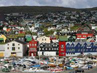 Вид на дома и рыбацкие лодки в Торсхавне, столице Фарерских островов
