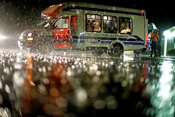 Эвакуация постояльцев из дома престарелых во время тропического шторма Фроленция в Фейетвилле