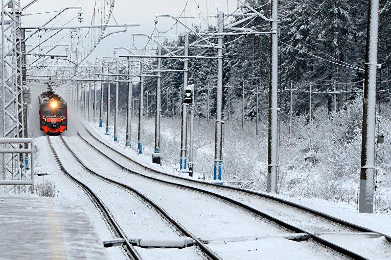 Поезд подъезжает к станции вблизи Москвы