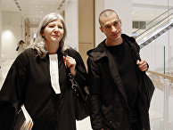 Художник Петр Павленский со своим адвокатом в парижском суде