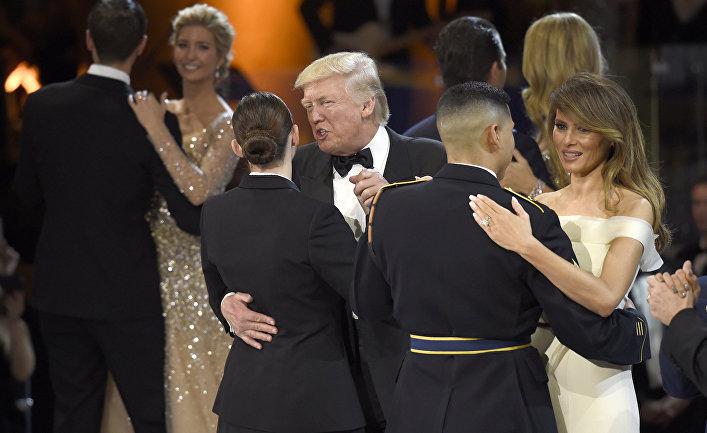Президент США Дональд Трамп и первая леди Мелания Трамп на инаугурационному балу в Вашингтоне