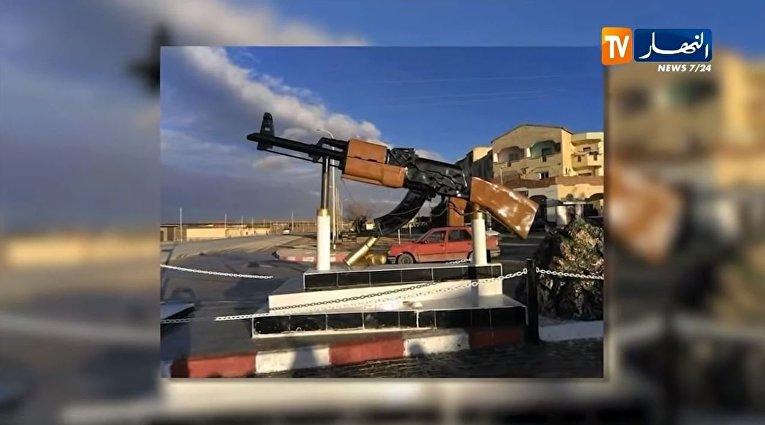 Памятник АК-47 в деревне Мазария, Алжир