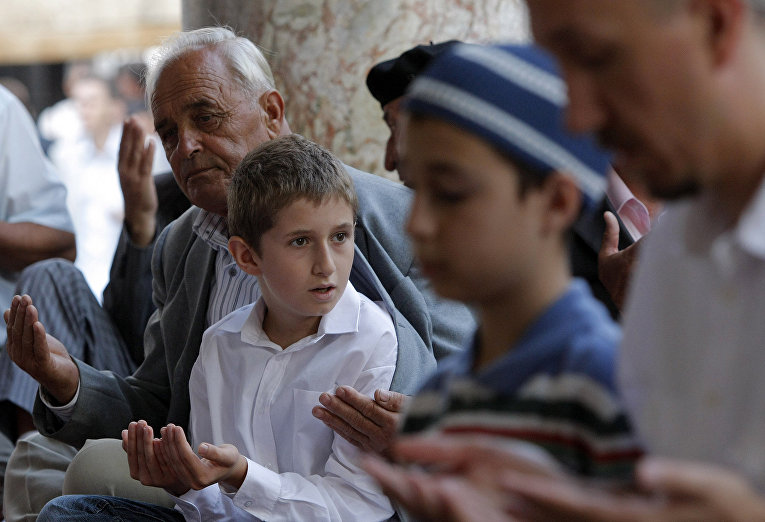 Боснийские мусульмане во время молитвы в мечети в Сараево