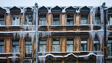 Сосульки на фасаде дома в Санкт-Петербурге