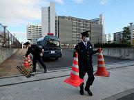 Полиция у здания, где под стражей содержится бывший глава Nissan Карлос Гон в Токио