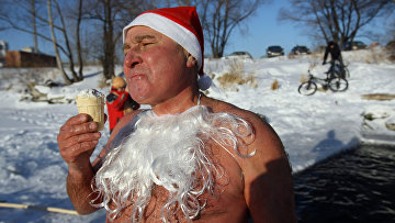 """Забег """"моржей"""" в костюмах Дедов Морозов"""