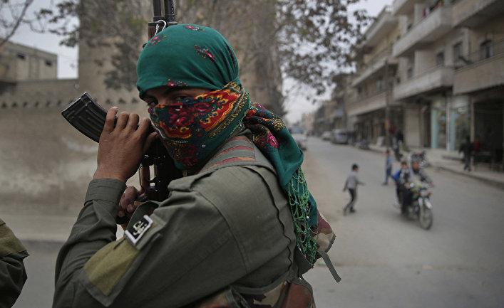 Вооруженный мужчина в Манбидже, Сирия