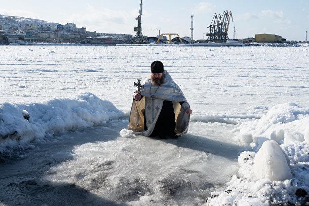 Вода предварительно освящается православным священником