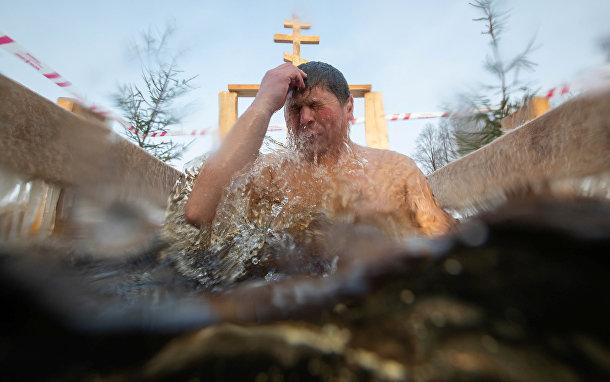 Мужчина крестится