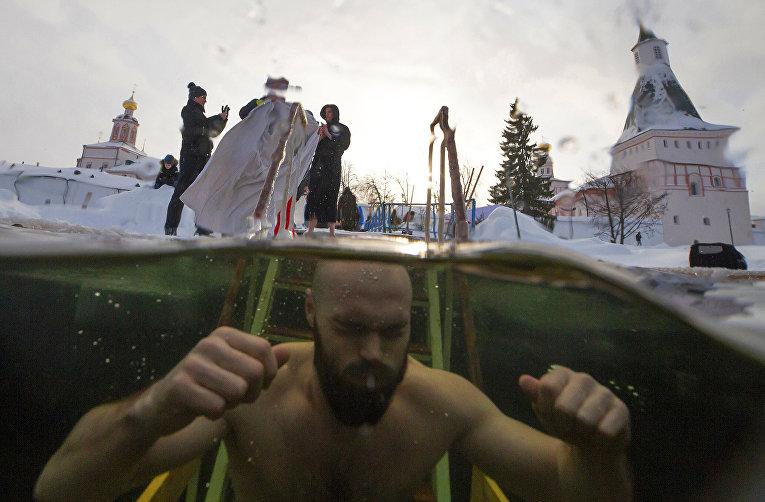 Верующие во время крещенских купаний
