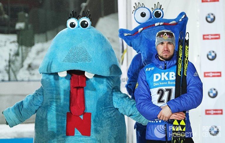 Александр Логинов (Россия), занявший второе место на дистанции спринта среди мужчин на третьем этапе Кубка мира по биатлону сезона 2018/19 в чешском Нове-Место на церемонии награждения