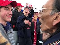 Студент из ковингтонской католической средней школы стоит перед ветераном вьетнамской войны Натаном Филлипсом в Вашингтоне