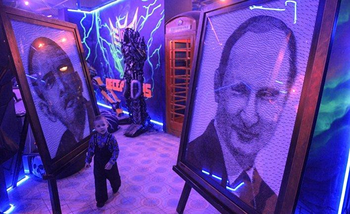 Портреты Барака Обамы и Владимира Путина на открытии Музея восстания машин