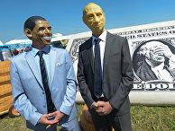 Участники фестиваля самодельных летательных аппаратов Red Bull Flugtag в масках, изображающих Барака Обаму и Владимира Путина