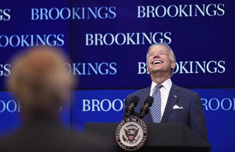 Джо Байден смеется во время выступления в аналитическом центре Институт Брукингса