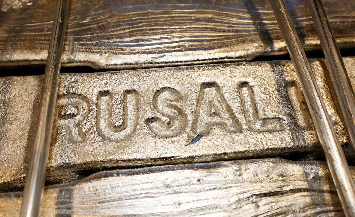 Алюминиевые слитки в литейном цехе красноярского алюминиевого завода «Русал»