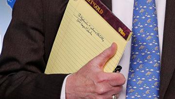 Советник президента США по национальной безопасности Джон Болтон держит блокнот с надписью «5000 военнослужащих в Колумбии»