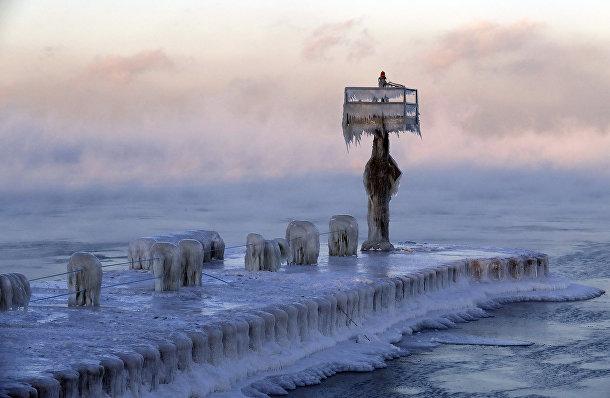 Замерзшая пристань на озере Мичиган в Чикаго
