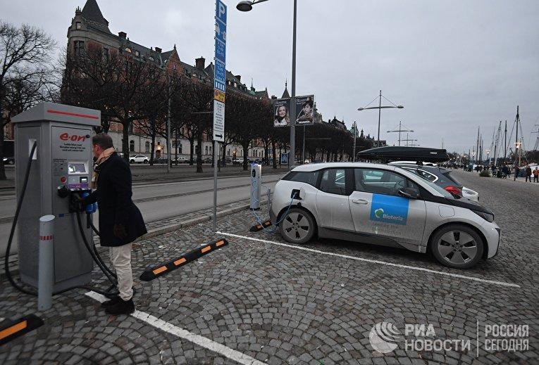 Станция зарядки электричеством автомобилей на набережной в Стокгольме