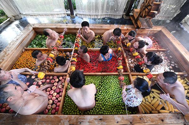 Люди принимают фруктовые ванны в Ханчжоу