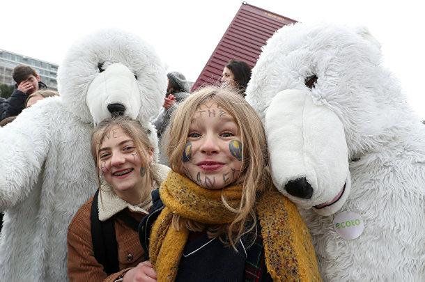 Участники акции протеста, требующие срочных мер в борьбе с изменением климата, в центре Брюсселя, Бельгия