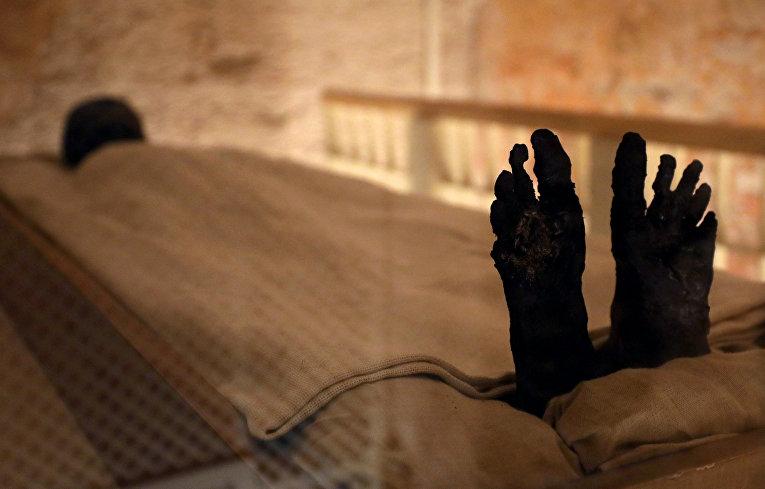 Мумия фараона Тутанхамона в недавно отреставрированной гробнице в Долине Царей в Луксоре