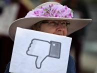 Участница акции протеста у штаб-квартиры Facebook в Менло-Парке