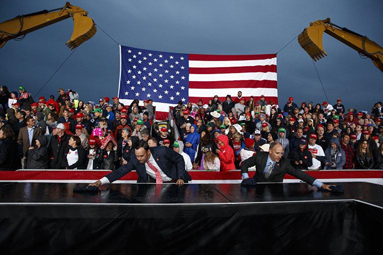 Подготовка предвыборного митинга перед прибытием президента США Дональда Трампа