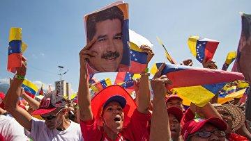 Участники во время акции в поддержку президента Венесуэлы Николаса Мадуро в Каракасе