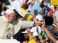 Папа Франциск приветствует людей в Абу-Даби