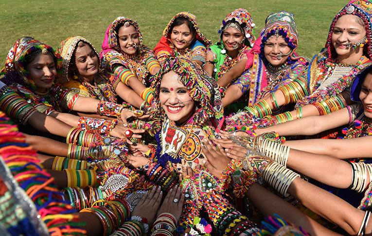 Участники фестиваля Навратри на окраине Ахмадабада