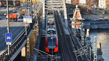 """Электропоезд """"Ласточка"""" на участке Московского центрального кольца на Андреевском мосту"""