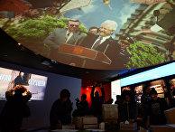 Посетители осматривают экспозицию в Президентском центре Бориса Ельцина в Екатеринбурге