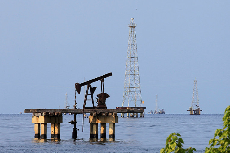 Добыча нефти на озере Маракайбо в Кабимасе, Венесуэла
