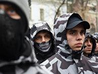 Колонна активистов украинской ультраправой партии принимает участие в митинге в Киеве