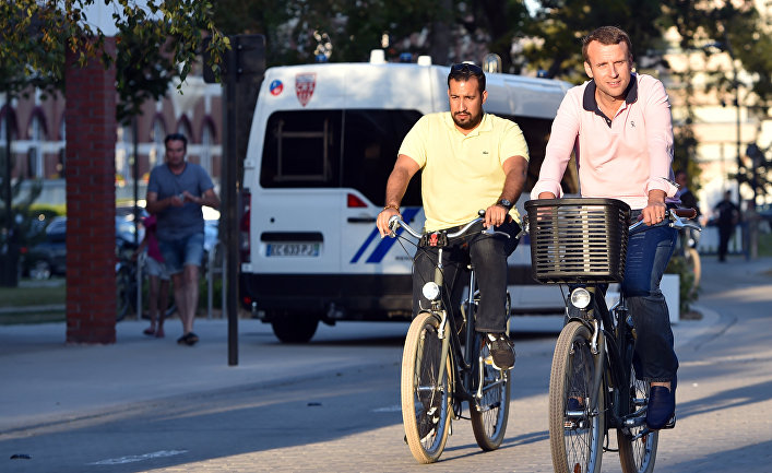 Президент Франции Эммануэль Макрон и старший офицер безопасности Александр Беналла