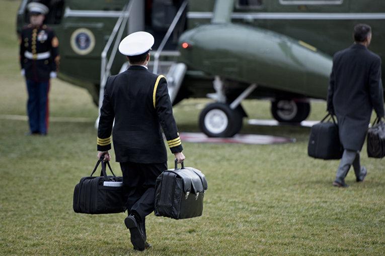 Военный несет ядерный коды на лужайке Белого дома в Вашингтоне