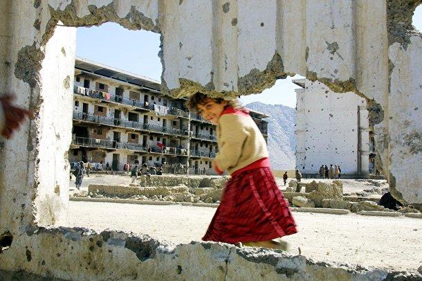 Афганская девочка у разрушенной стены бывшего советского посольства в Кабуле