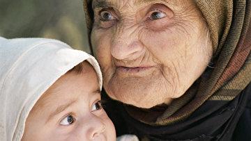 104-летняя жительница селения Верхний Джагал с ребенком.